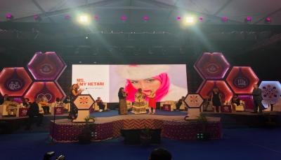 """الفنانة اليمنية """"إيمي الهتاري"""" تفوز بجائزة عالمية"""
