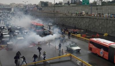 مروحيات تطلق الرصاص الحي على المتظاهرين في إيران لتفريقهم (فيديو)