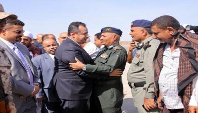 بعد تعثر دام  ستة أيام.. رئيس الحكومة يصل عدن على رأس وفد حكومي