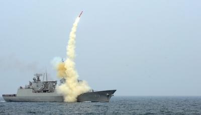 """الحوثيون يعلنون الإفراج عن سفينتين كوريتين بعد ساعات من إرسال """"مدمرة"""" لمكافحة القرصنة"""