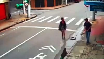 برازيلي يقتل متسولة أمام الناس بدم بارد (فيديو)