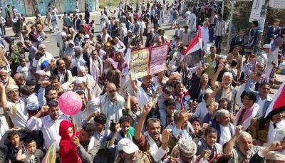 تعز: تظاهرة تطالب باستكمال عودة بقية طاقم الحكومة إلى عدن