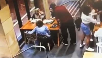 أسترالي يهاجم محجبة حامل بركلات وحشية ويسقطها على الأرض (فيديو)