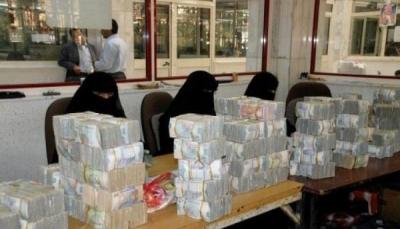 منع تداول العملة يحرم موظفين من المرتبات بمناطق سيطرة الحوثيين