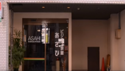 فندق يؤجر غرفته بدولار واحد ولكن بشرط واحد (فيديو)