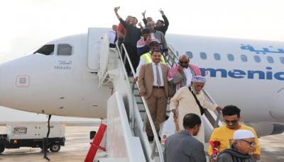 مطار الريان يستقبل أول رحلة لطيران اليمنية بعد توقف دام 4 سنوات