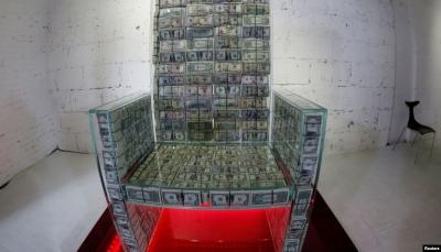 عرش زجاجي يحوي مليون دولار في معرض فني