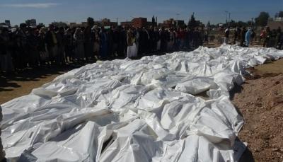 ذمار: ميليشيا الحوثي تدفن 71 جثة من ضحايا قصف كلية المجتمع