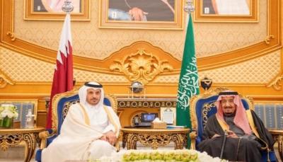 تبادلا الابتسامات..الملك سلمان يستقبل رئيس وزراء قطر في قمة الخليج