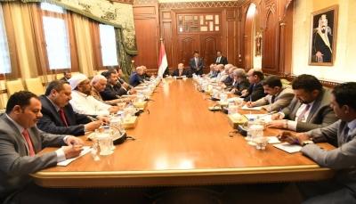 """الرئيس هادي يبحث مع الأحزاب بلورة رؤية موحدة لمواجهة """"التحديات"""" في المرحلة المقبلة"""