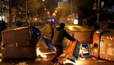 عقب انتهاء الكلاسيكو.. اشتباكات عنيفة بين الشرطة ومحتجين كاتالونيين