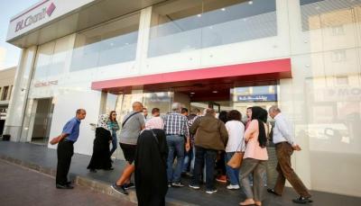 """لبناني غاضب يقتحم بنكاً بـ""""فأس"""" ليطالب بسحب أمواله (فيديو)"""
