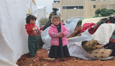 يفترشون العراء مع عائلاتهم.. تشريد 140 ألف طفل من ريف إدلب السورية في اسبوعين