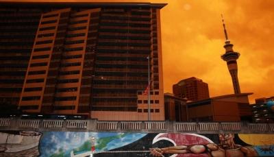 الرياح حملت الدخان آلاف الكيلومترات.. حرائق أستراليا تغيّر لون سماء نيوزيلندا وتفزع السكان