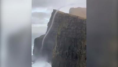 شلال يتحدى الجاذبية وتتدفق مياهه نحو الأعلى (فيديو)
