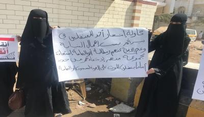 عدن: أمهات المختطفين تناشد الصليب الأحمر التدخل لإنقاذ 57 معتقلا في سجن بير أحمد