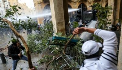 لبنان: محتجون يهاجمون قوات الأمن بجذوع أشجار واشارات سير في وسط بيروت