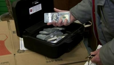 أسرة تعثر على 43 ألف دولار داخل أريكة اشتروها مستعملة