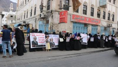 """وقفة احتجاجية تطالب بالكشف عن مصير المختطف زكريا قاسم بـ""""عدن"""""""