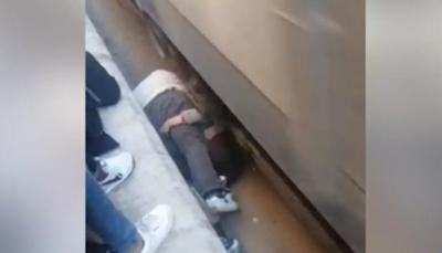 شاهد - مصري ينقذ ابنته من الموت دهسا بعجلات قطار بأعجوبة