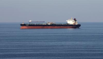 احتراق ناقلة نفط قبالة سواحل الشارقة الإماراتية والأسطول الأمريكي يتدخل (فيديو)