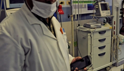 عراك وشتائم بين طبيبين أثناء إجراء عملية جراحية لمريض