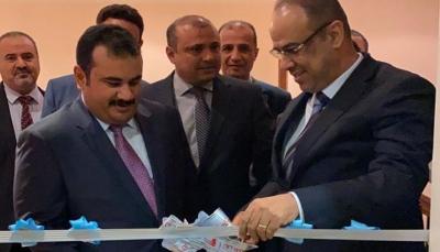 وزير الداخلية يفتتح مركز الإصدار الآلي للجوازات بمسقط