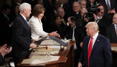 رئيسة مجلس النواب تمزق خطاب ترامب على الملأ بعد أن تجاهل مصافحتها