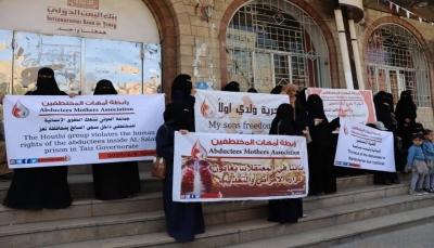 سيفرج عن 5صحفيين وتجهيز خمس طائرات.. تفاصيل الساعات الأخيرة لصفقة التبادل الأكبر بين الحكومة والحوثيين