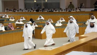 تشابك بالأيدي في البرلمان الكويتي على خلفية قانون العفو العام والأمن يتدخل (فيديو)