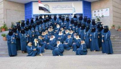 طالبات جامعة العلوم يتجاهلن القيادي الحوثي المُعين رئيسًا للجامعة بحفل تخرجهن