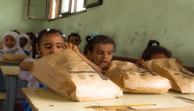 عدن: الغذاء العالمي يبدأ مشروع توزيع وجبات غذائية على طلاب المدارس