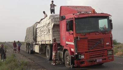 انفجار لغم أرضي بشاحنة تابعة للغذاء العالمي في الحديدة وإصابة سائقها