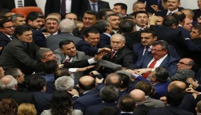 لكمات واشتباك بالأيدي.. عراك جماعي في البرلمان التركي (فيديو)