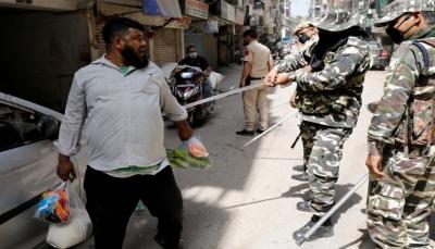 الشرطة الهندية تضرب منتهكي الحظر بالعصي وتهديدات بإطلاق النار على المخالفين (فيديو)
