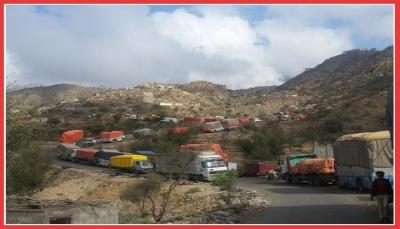 """الحوثيون يحتجزون مئات المسافرين القادمين من عدن بالعراء بمديرية """"القبيطة"""""""