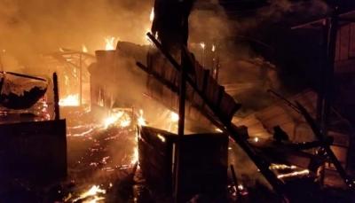 الحديدة: ماس كهربائي يتسبب بحريق عدة محلات تجارية في مدينة زبيد