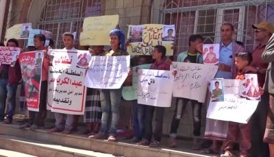 تعز: وقفة احتجاجية تطالب بتسليم قتلة جندييّن في الشمايتين