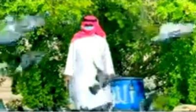 """رغم كورونا... يمني بالدوحة يتطوع لإطعام """"الحمام"""" في الساحات"""