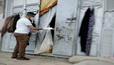 صنعاء: مبادرة شبابية توزع مساعدات مالية للفقراء والنازحين وتوعيهم للوقاية من كورونا