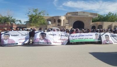 حضرموت: وقفة احتجاجية بتريم تندد بجرائم القتل والانفلات الأمني