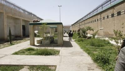 أمهات المختطفين: مليشيا الحوثي تمنع الدواء والغذاء عن المختطفين في سجن صنعاء المركزي