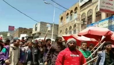إب.. أبناء السدة يتظاهرون ضد قيادي حوثي ويطالبون برحيله