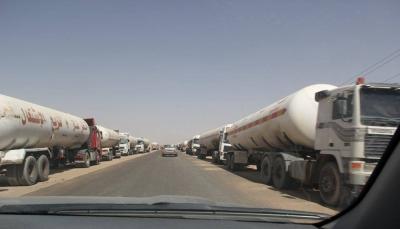 اللجنة الاقتصادية: الحوثيون يحتجزون أكثر من 150 مقطورة وقود لخلق أزمة مشتقات