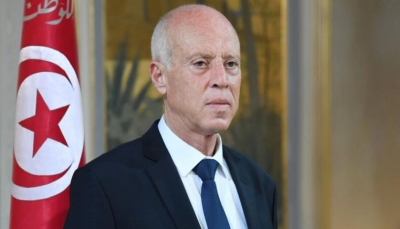 في قرارات مفاجئة.. الرئيس التونسي يقيل رئيس الحكومة ويجمّد عمل البرلمان