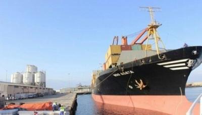 قوات إماراتية تقتحم ميناء المكلا وتنهب 5 حاويات أموال تابعة للبنك المركزي