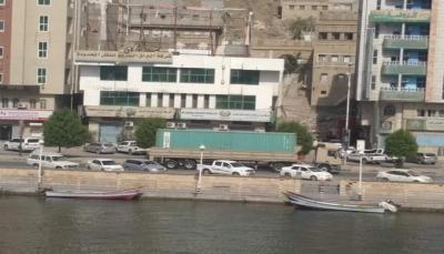 بعد ساعات من نهبها.. القوات الإماراتية تعيد حاويات الأموال إلى البنك المركزي بالمكلا