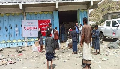 الصليب الأحمر يوزع مساعدات غذائية على 17 ألف نازح في صعدة