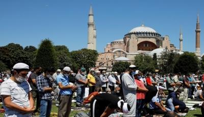 يعد 8 عقود.. أردوغان يرتل القرآن والخطيب يحمل سيفا عثمانيا في أول جمعة بآيا صوفيا
