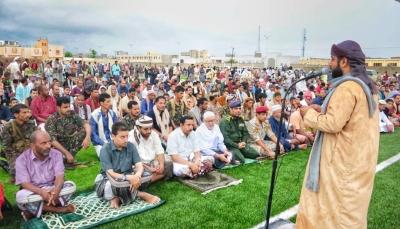 محافظي شبوة وأبين يؤدون صلاة العيد مع المواطنين ويتبادلون التهاني معهم